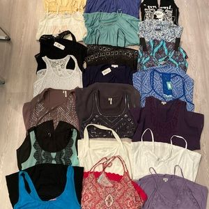Apx 21 Tops & 2 hoodies size small *read*